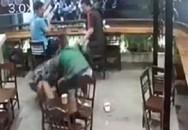 Phẫn nộ: Nam thanh niên túm tóc, tát tới tấp, đạp ngã cô gái đang mang bầu ngay tại quán cafe