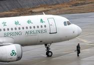 Hành khách ngăn tiếp viên đóng cửa máy bay để chờ con gái