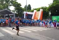 Những người nổi tiếng và nam giới chạy trên giày cao gót gây quỹ cho trẻ bị ảnh hưởng tai nạn giao thông