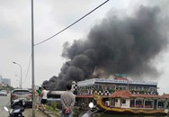 Hà Nội: Du thuyền bỏ hoang bất ngờ bốc cháy dữ dội sát mép Hồ Tây