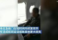 Hành khách mở cửa thoát hiểm để xuống máy bay nhanh hơn