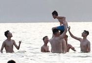 Nắng nóng đỉnh điểm, người dân và thú cưng lao xuống Hồ Tây tắm đông nghịt