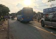 Kinh hoàng 2 xe máy va chạm trên đường, xe khách lao tới cán chết 2 người đàn ông
