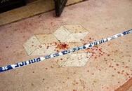 Bố vừa qua đời, con trai cầm dao đâm chết 2 mẹ con dì ghẻ ngay tại bệnh viện