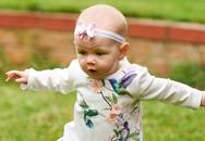 Mẹ bất ngờ khi con gái 6 tháng tuổi đã chập chững đi