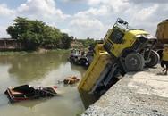 Hi hữu xe ben tụt dốc đè trúng ghe bán tạp hóa trên sông