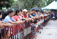 """Vỡ trận trước cổng trường ĐH Ngoại Ngữ, hàng nghìn phụ huynh chen chúc gọi """"Con ơi, mẹ đây, bố đây"""" gây náo loạn"""