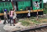 Quảng Ninh: Đầu tàu hỏa chở than mất lái lao vào nhà dân