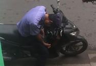 Nam thanh niên dừng xe, thản nhiên chích ma túy rồi vứt kim tiêm giữa đường đông người qua lại