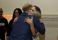 Lạnh lùng, cáu kỉnh và xa cách vợ nhưng Hoàng tử Harry lại vui vẻ ôm chặt gái trẻ giữa chốn đông người