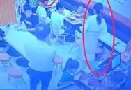 Gây gổ với chồng rồi tức giận vì bé gái 1 tuổi bàn bên làm ồn, thai phụ dùng nguyên bát canh nóng tạt thẳng vào người 2 mẹ con đứa trẻ