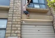 Thanh niên 28 tuổi đòi nhảy lầu tự tử vì... bị mẹ quản chế nhiều năm
