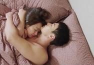 Bi hài chuyện vợ chồng hồn nhiên âu yếm trước mặt con trẻ