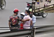 """30 ngày """"săn"""" nhóm móc túi ở cổng viện Bạch Mai"""
