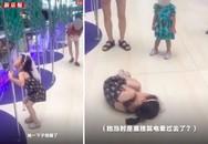 Cảnh tượng bé gái bị điện giật run bần bật tại trung tâm thương mại trước mặt mẹ khiến phụ huynh nào xem xong cũng rùng mình
