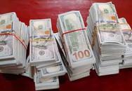 Nhóm người vứt lại gần nửa triệu USD để bỏ chạy