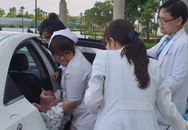 Bé trai chào đời trên taxi trước cổng viện nhi