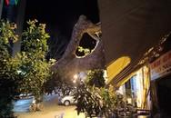 Cây cổ thụ gần 100 tuổi trốc gốc đổ vào quán ăn, nhiều người tháo chạy