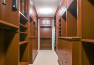 Tủ quần áo dài 6m trong biệt thự của nữ ca sĩ mắc kẹt trên giường bệnh mấy năm chỉ vì vết cắn của môt loại ve ký sinh