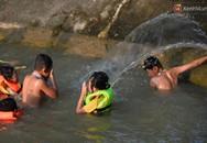 Người dân ngoại thành tắm giải nhiệt ở hồ nhân tạo giữa cái nắng như thiêu như đốt lên đến 40 độ C