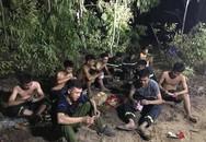 Hình ảnh những người lính cứu hỏa lấm lem ngồi ăn tại chỗ, nằm ngủ vạ vật canh cháy rừng xuyên đêm gây xúc động mạnh