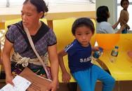 Xót xa cảnh người mẹ vùng cao lưng địu con 3 tháng, tay dắt con 10 tuổi bị vẹo cột sống về Hà Nội khám bệnh
