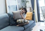 Cô gái sống vui vẻ trong căn hộ 90m² có vẻ đẹp đơn giản và tươi mới trong cách kết hợp màu sắc