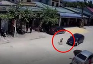 Mải chạy theo người lớn sang đường, bé trai bị ô tô con hất văng nhiều mét