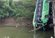 Xe khách lao xuống sông do tài xế ngủ gật