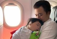 Con trai Lê Khánh ngủ trên vai bố trong lần đầu đi máy bay