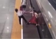 Cô gái la hét ầm ĩ, lấy cả chân chặn tàu cao tốc chỉ vì đi muộn khiến cư dân mạng ngán ngẩm