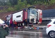 Xe khách lật trên quốc lộ, cả chục người bị thương