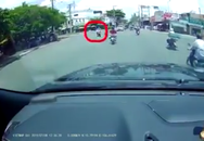 """Clip: """"Nữ ninja"""" vượt đèn đỏ tông vào đôi nam nữ rồi thản nhiên phóng xe đi tiếp khiến người dân bức xúc"""