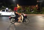 Thót tim nữ 'ninja' đi băng băng trên đường Hà Nội, 1 tay lái xe máy, 1 tay... bồng con nhỏ