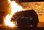Đâm trúng dải phân cách, ô tô 2 tỷ bất ngờ bốc cháy
