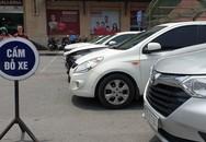 """Hoàn Kiếm (Hà Nội): Phớt lờ biển cấm, ô tô """"ken đặc"""" 6 hàng giữa phố đông đúc"""