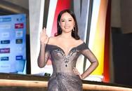 Tiểu Vy, Mai Phương Thúy mặc đầm xẻ ngực trên thảm đỏ hoa hậu