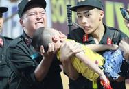 Tranh cãi chuyện chiến sĩ CSCĐ cho bé trai cắn tay tránh nuốt lưỡi