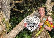 Đám cưới kỳ lạ: Cô gái trẻ cưới cây rừng