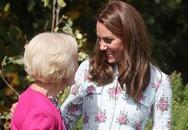 Nụ cười nhân hậu, hành động thân thiện thoải mái vui đùa của Công nương Kate khiến fan vừa yêu thích, vừa tự hào