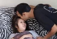 Chàng trai 3 năm chăm bạn gái liệt