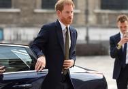 Hoàng tử Harry 'học vợ' tự đóng cửa xe