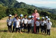 Chủ tịch Nam Trà My đi bộ nhiều giờ đến thăm, tặng quà, giấy khen cho cô trò Tắk Pổ