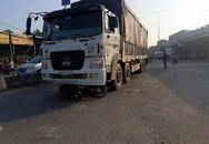 Xe tải cuốn 2 người đi xe máy vào gầm ở An Sương