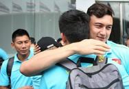 Đặng Văn Lâm ôm chặt Văn Hậu, bịn rịn chia tay tuyển Việt Nam