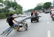 Thót tim với hai xe ba gác tự chế dài hàng chục mét 'cắt' phố đông đúc để vào cua