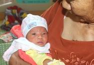 Bé gái sơ sinh bị bỏ rơi tại chùa Tranh trong đêm hiện ra sao?