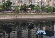 Tài xế quên kéo phanh tay, xe ôtô 4 chỗ lao xuống sông Tô Lịch
