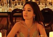 Song Hye Kyo hé lộ thêm ảnh mới bên bàn tiệc, váy áo buông lơi xinh ngất trời