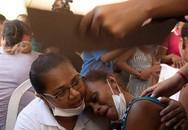 Thân nhân ngất xỉu nhận xác tù nhân bị chặt đầu sau bạo loạn ở Brazil